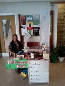 Ramona prie registracijos/aukų stalelio