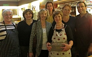Melburno bendruomenė: iš kairės stovi: Dana Binkis, Vida Juodkazienė, Veronika Gee, Valda Soliman, Dalia Pocienė, Edvina Micallef ir Patrick Micallef.