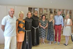 Nuotraukoje (iš kairės) A. Semionovas, I. Baltiejienė, E. Darulis, B. Jurčys, A. Kerpytė,  L. Ušackienė, V. Ušackas, N. Raudytė Šv. Pranciškaus onkologijos centre