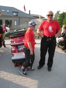 """Jauniausias akcijos """"'000 vilties kilometrrų"""" dalyvis Jonas Vyšniauskas su savo seneliu Jonu Vyšniausku"""