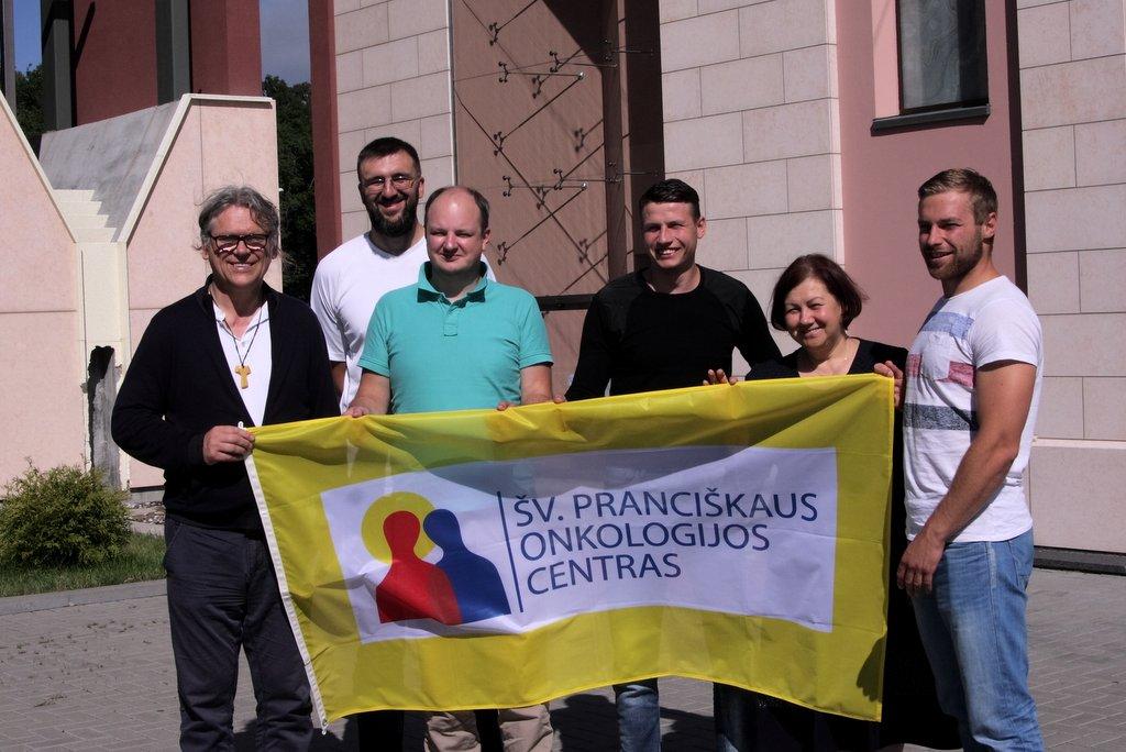 Nuotraukoje: iš kairės br. Benediktas Jurčys OFM, Kęstutis Kvaraciejus (antroje eilėje), Aldona Kerpytė, Domantas Laukevičius